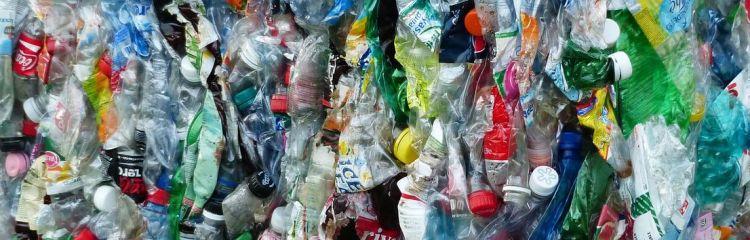 zu Klotz gepresste Petflaschen