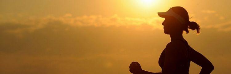 Joggerin bei Sonnenaufgang