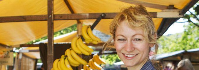 Sophie Hoffmann an einem Marktstand